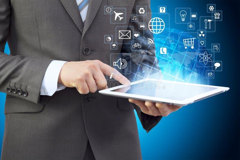 Hombre de negocios en un traje que sostiene una tableta fotografía de archivo
