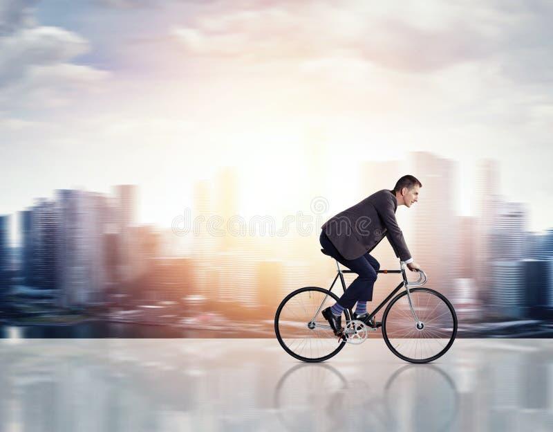 Hombre de negocios en una bicicleta fotos de archivo libres de regalías