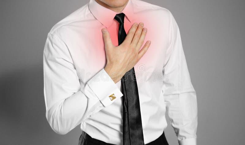 Hombre de negocios en una camisa y un lazo blancos que celebran su PA del pecho del pecho fotografía de archivo libre de regalías