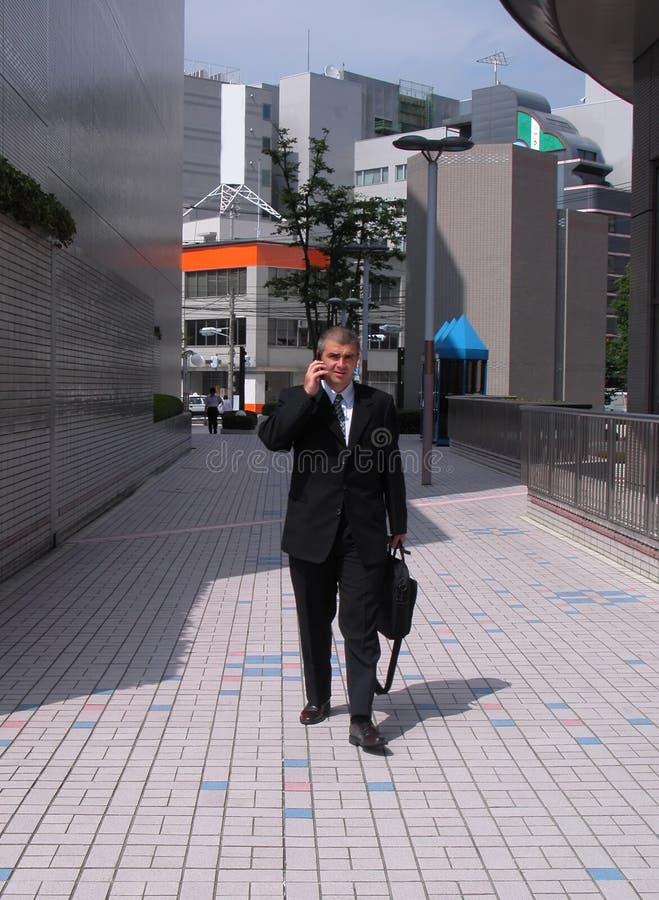 Hombre de negocios en una ciudad imagen de archivo
