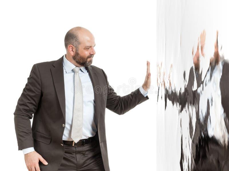 Hombre de negocios en una pared de agua imagen de archivo libre de regalías