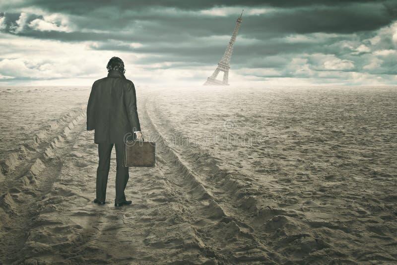 Hombre de negocios en una playa surrealista y del desierto imagen de archivo libre de regalías