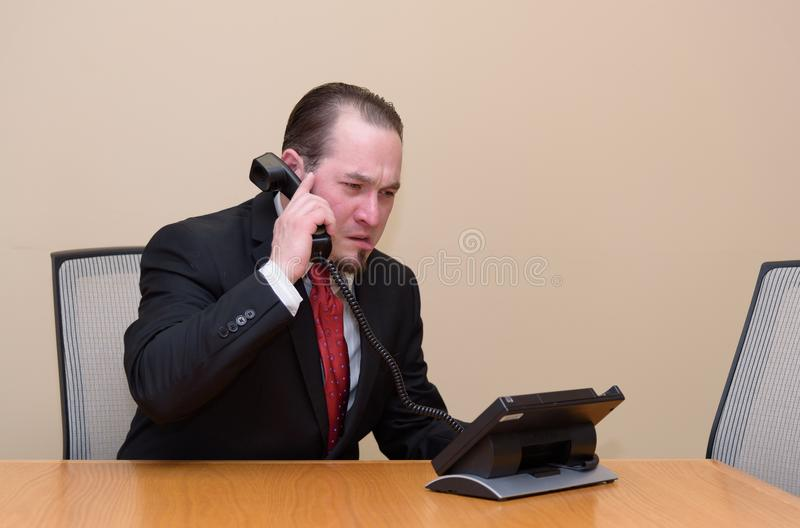 Hombre de negocios en una sala de reunión imagen de archivo libre de regalías