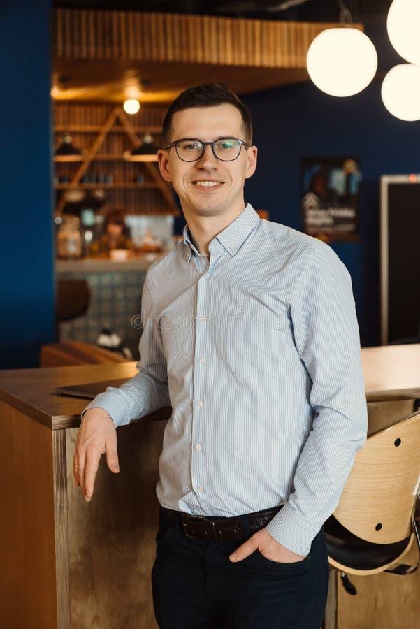 Hombre de negocios en vidrios en la oficina fotografía de archivo