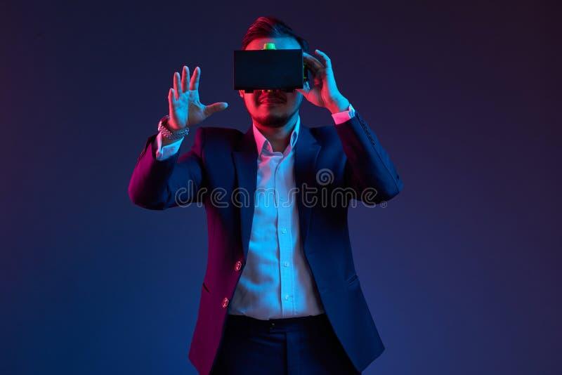 Hombre de negocios en vidrios de VR fotografía de archivo libre de regalías