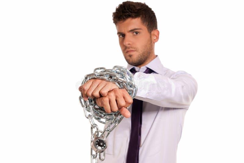 Hombre de negocios encadenado con el candado, símbolo auxiliar del trabajo imagen de archivo
