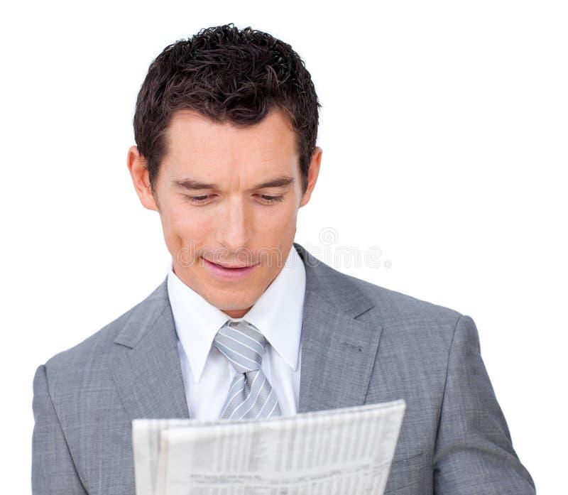 Hombre de negocios encantador que lee un periódico fotos de archivo