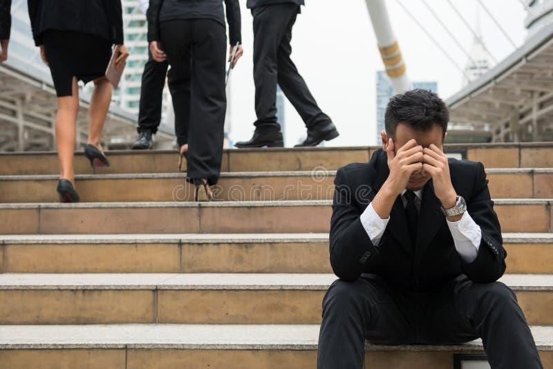 Hombre de negocios encendido triste en ciudad imagenes de archivo