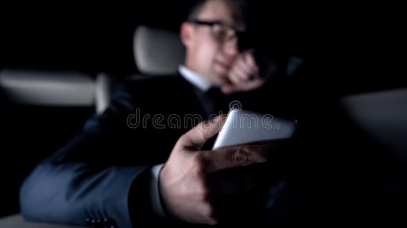 Hombre de negocios enojado decepcionado después de recibir malas noticias en el correo electrónico, mensaje de teléfono fotografía de archivo