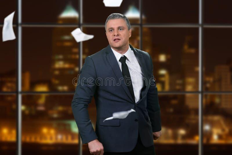 Hombre de negocios enojado en la oficina imagenes de archivo