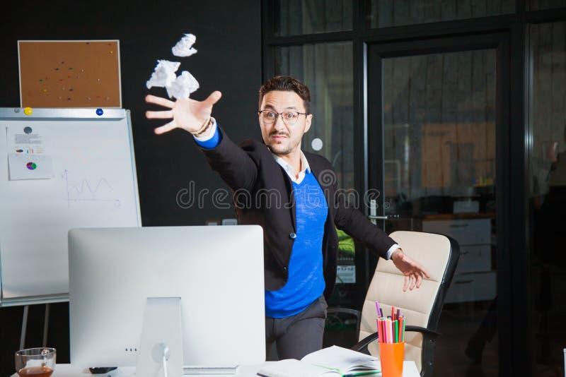 Hombre de negocios enojado nervioso del oficinista del papel trastornado del tiro en la oficina fotos de archivo