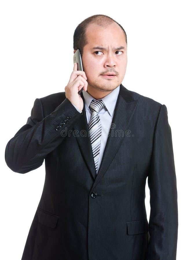 Hombre de negocios enojado que habla en el teléfono fotos de archivo libres de regalías