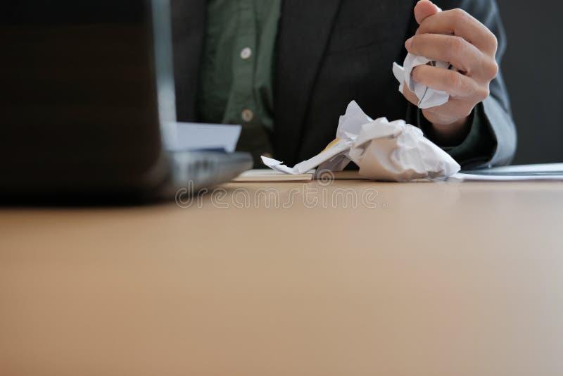 hombre de negocios enojado trastornado subrayado que exprime el papel de arrugamiento imagen de archivo