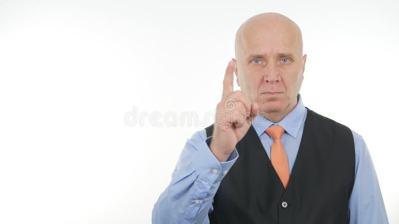Hombre de negocios enojado Warning With gestos de una mano con un finger para arriba foto de archivo libre de regalías