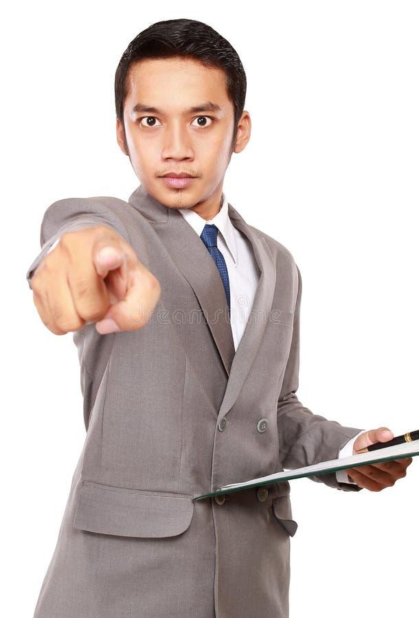 Hombre de negocios enojado y que señala en algo fotos de archivo