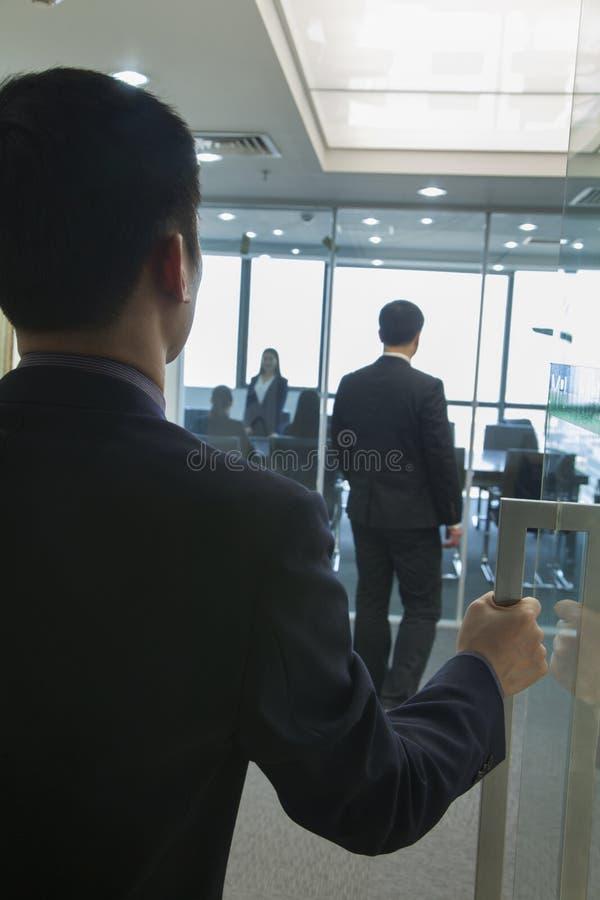 Hombre de negocios Entering una oficina imágenes de archivo libres de regalías