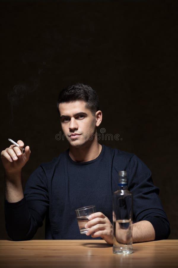 Hombre de negocios enviciado a la vodka imagen de archivo