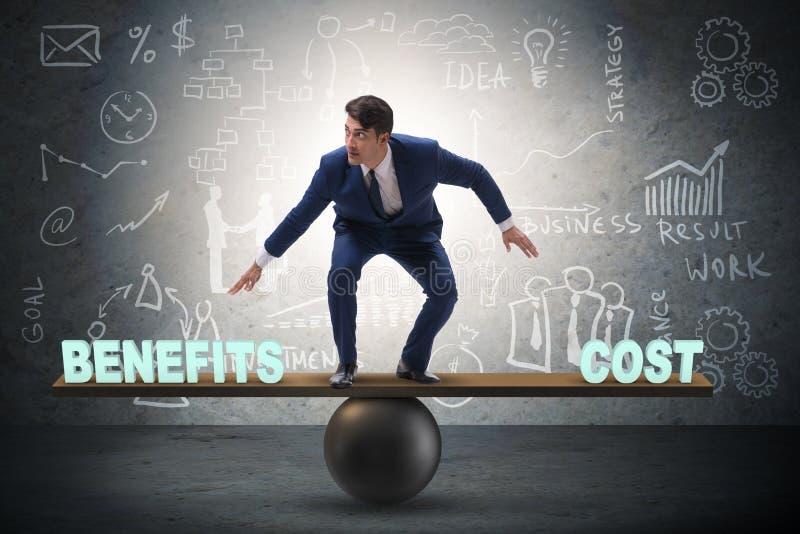 Hombre de negocios equilibrio entre el coste y la ventaja en conce del negocio fotografía de archivo libre de regalías