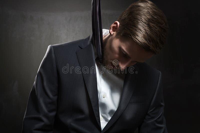 Hombre de negocios estrangulado imagenes de archivo
