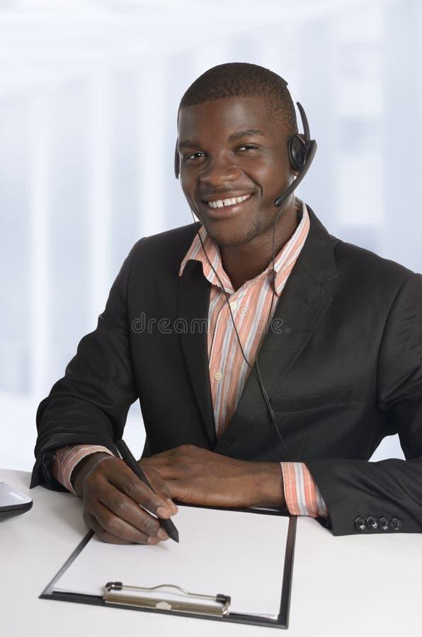 Hombre de negocios/estudiante africanos con el sistema de la cabeza imagenes de archivo