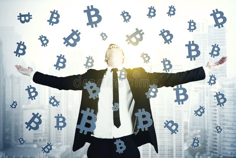 Hombre de negocios europeo con símbolos del bitcoin fotos de archivo