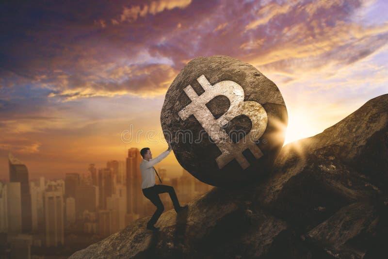 Hombre de negocios europeo que empuja símbolo del bitcoin imagen de archivo libre de regalías