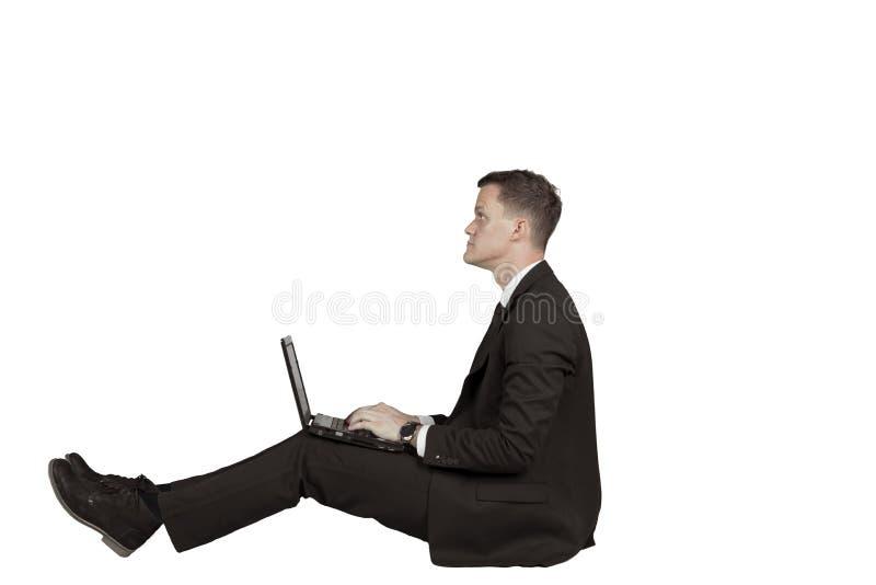 Hombre de negocios europeo usando un ordenador portátil en estudio imagenes de archivo