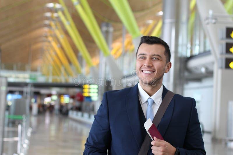 Hombre de negocios extranjero feliz con su permiso de trabajo legal foto de archivo