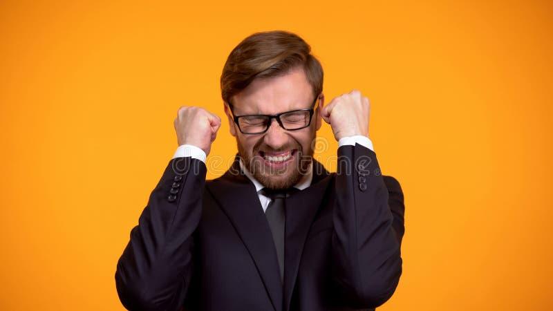 Hombre de negocios extremadamente emocionado que muestra s? el gesto, loter?a que gana, apostando fotos de archivo