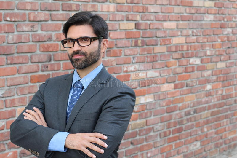 Hombre de negocios falso estereotípico caseoso con los brazos cruzados foto de archivo libre de regalías