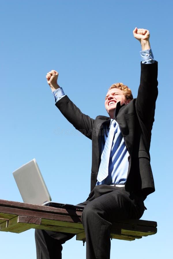 Hombre de negocios feliz, acertado fotografía de archivo