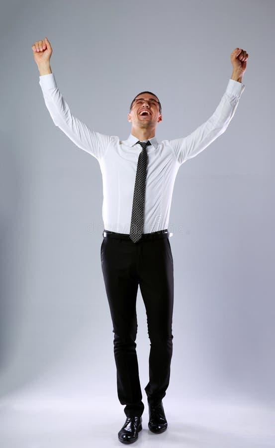 Hombre de negocios feliz con las manos aumentadas para arriba imágenes de archivo libres de regalías