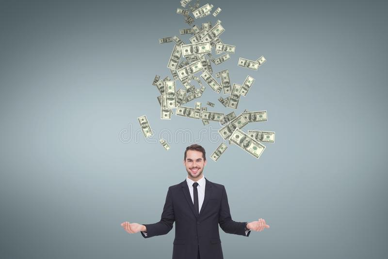 Hombre de negocios feliz con lluvia del dinero contra fondo azul imagen de archivo libre de regalías