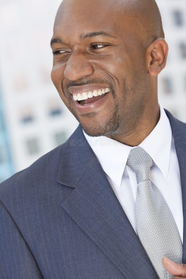 Hombre de negocios feliz del afroamericano imagen de archivo