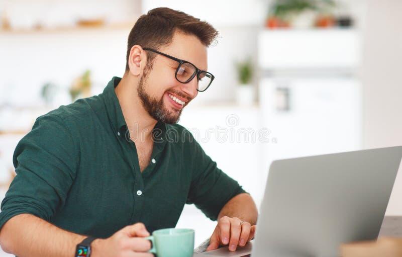 Hombre de negocios feliz del hombre, freelancer, estudiante que trabaja en el ordenador a fotos de archivo libres de regalías