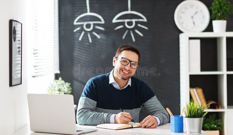 Hombre de negocios feliz del hombre, freelancer, estudiante que trabaja en el ordenador a fotografía de archivo