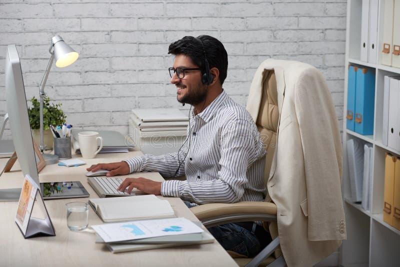 Hombre de negocios feliz en auriculares fotografía de archivo
