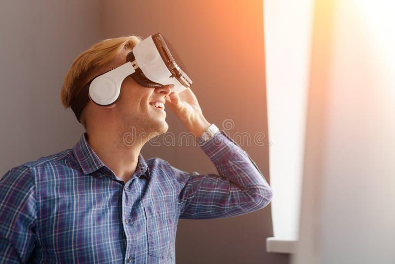 Hombre de negocios feliz en gafas de VR foto de archivo