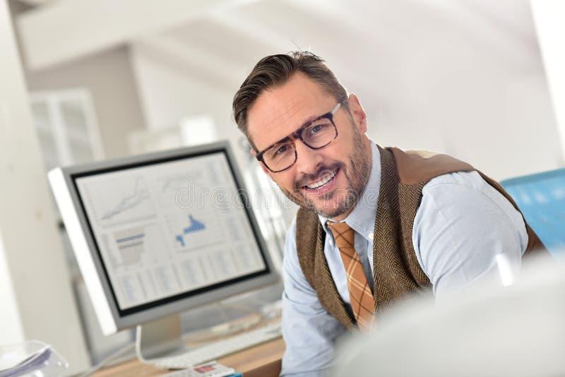 Hombre de negocios feliz en la oficina imagen de archivo libre de regalías