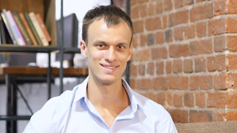 hombre de negocios feliz en oficina creativa del desván imagen de archivo libre de regalías