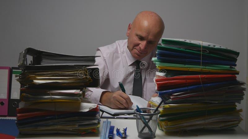 Hombre de negocios feliz Image Smile y trabajo en sitio financiero del archivo imagen de archivo libre de regalías
