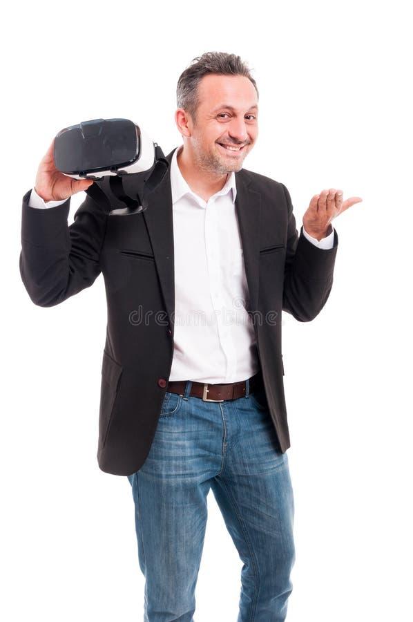 Hombre de negocios feliz joven que le da las auriculares modernas fotos de archivo
