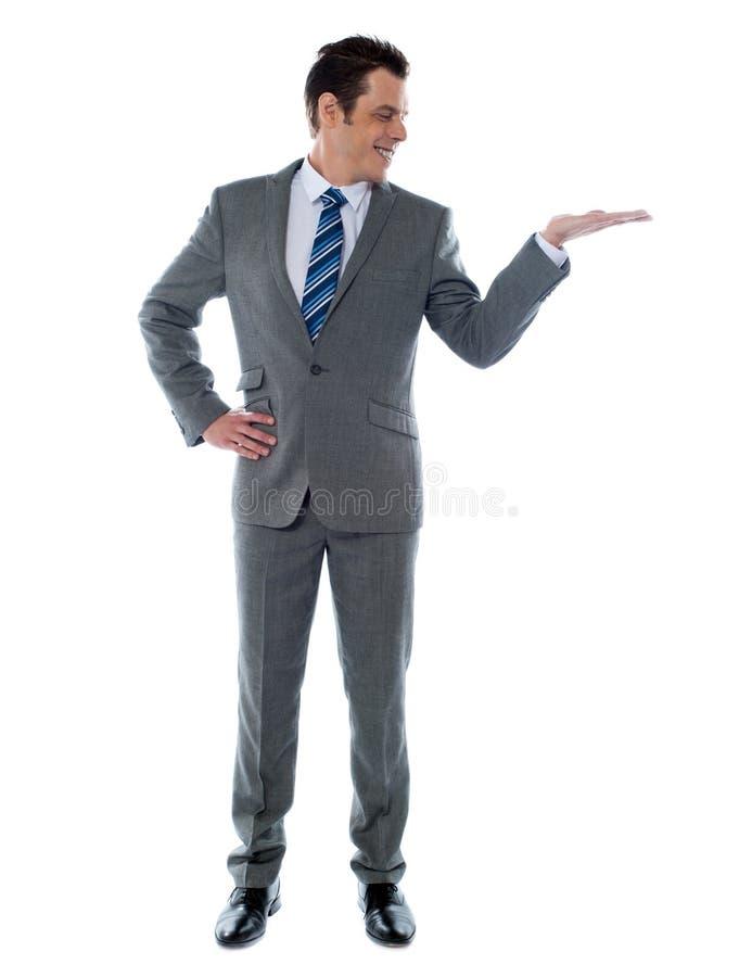 Hombre de negocios feliz que da la presentación fotografía de archivo libre de regalías