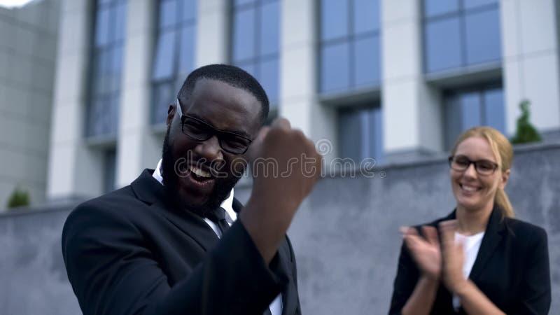 Hombre de negocios feliz que disfruta de wining de la concesión para la idea del comienzo para arriba, ayuda del equipo imagen de archivo libre de regalías