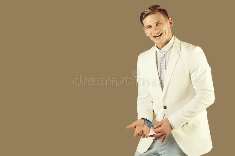 Hombre de negocios feliz que presenta en la chaqueta blanca foto de archivo libre de regalías