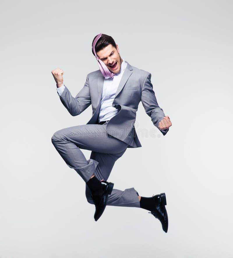 Hombre de negocios feliz que salta en aire foto de archivo libre de regalías