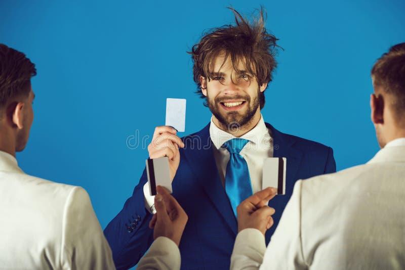 Hombre de negocios feliz que sonr?e con la cara y la tarjeta felices a disposici?n imagen de archivo libre de regalías