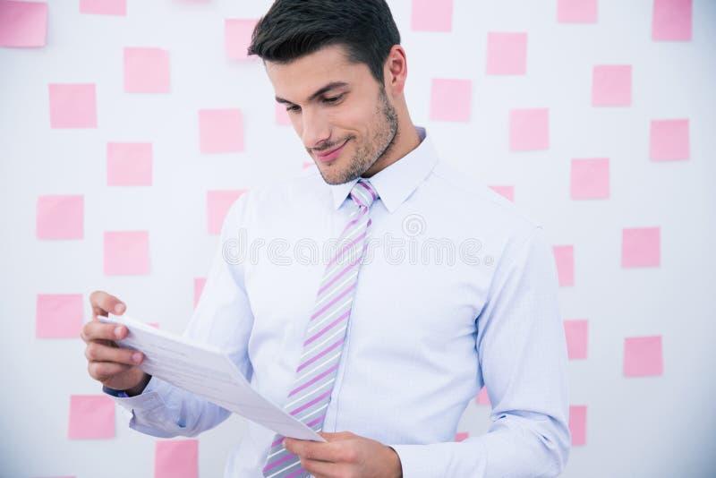 Hombre de negocios feliz Reading Document imagen de archivo
