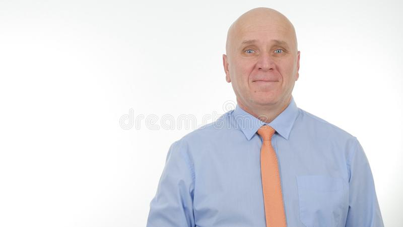 Hombre de negocios feliz Smile en una entrevista de la presentación que mira a la cámara fotografía de archivo libre de regalías