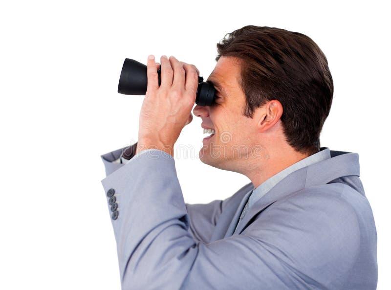 Hombre de negocios feliz usando los prismáticos foto de archivo